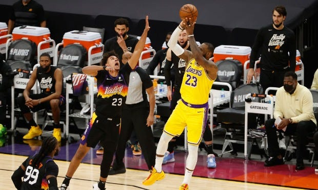 Suns unable to complete frenetic comeback, split with Lakers at home