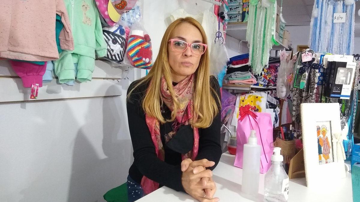 Cecilia, en el local de ropa y calzado en Ensenada donde pasa sus tardes.