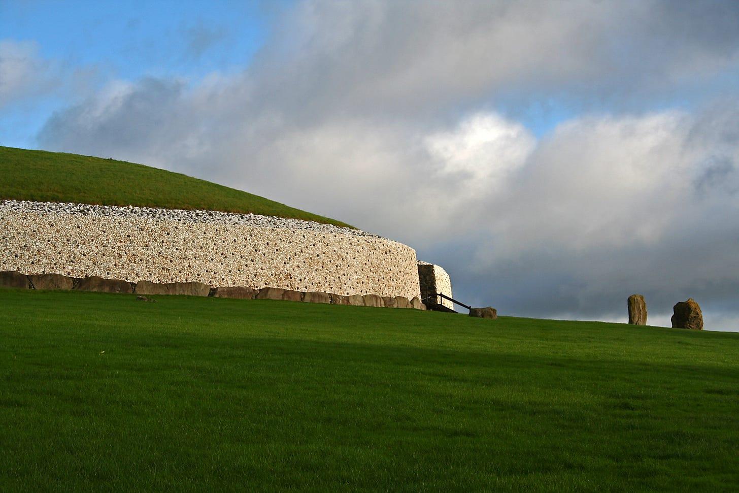 File:Newgrange01.JPG - Wikimedia Commons