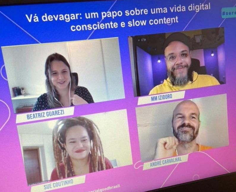 """uma foto da tela durante o painel, que tem o título """"vá devagar: m papo sobre vida digital consciente e slow content"""", e abaixo 4 telas com cada um dos participantes dentro. eles estão todos sorrindo de forma amigável."""