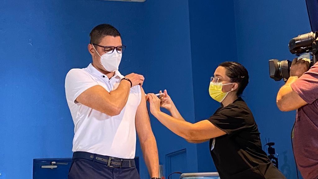 Autoridades de Salud recibieron vacuna contra COVID-19 de AstraZeneca este  lunes • Semanario Universidad