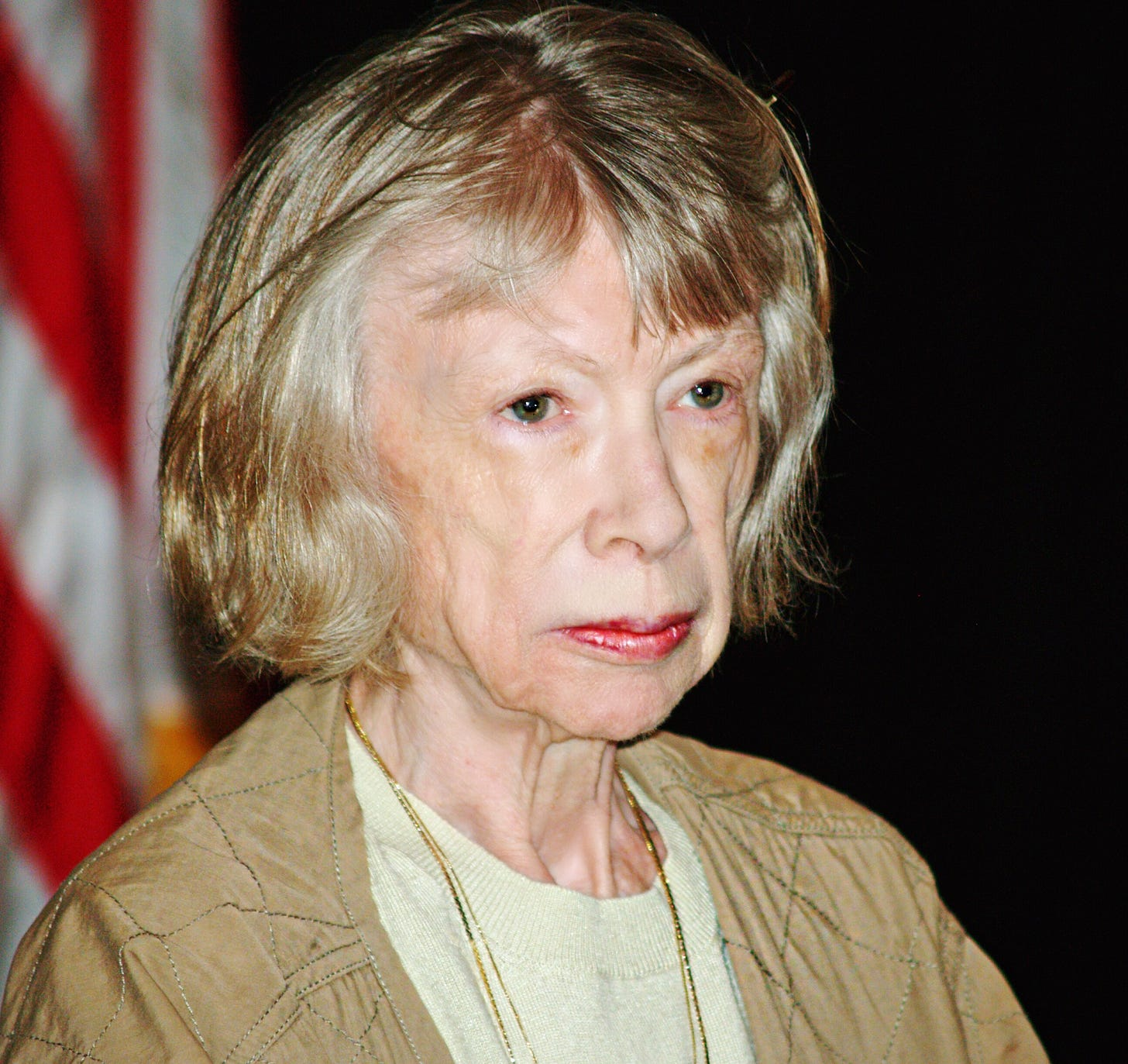 https://upload.wikimedia.org/wikipedia/commons/7/7b/Joan_Didion_at_the_Brooklyn_Book_Festival.jpg