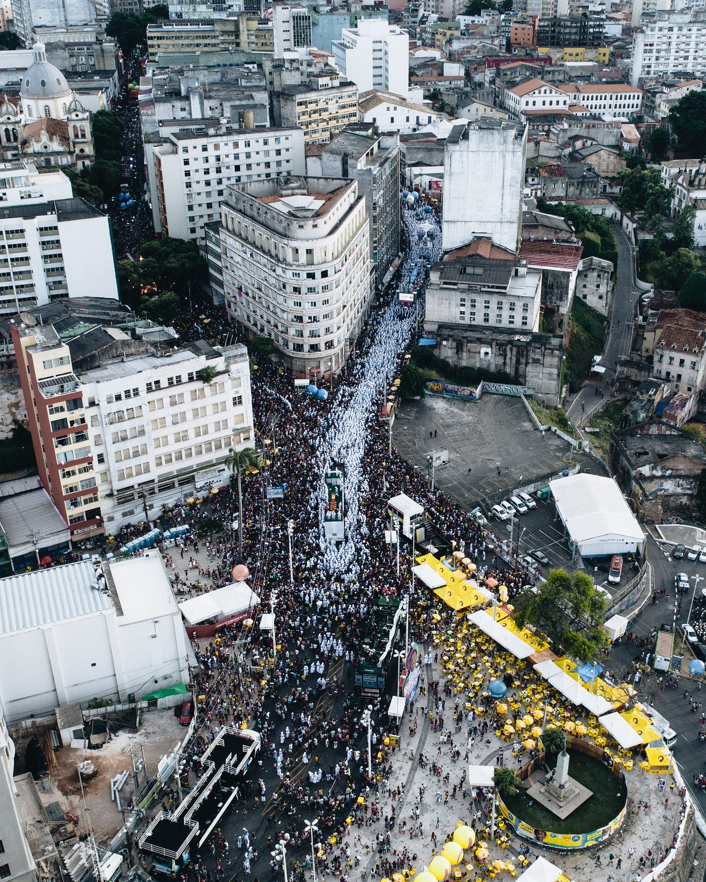 Fotografia aérea de Slavador em um dia de carnaval: as ruas apinhadas de gente, prédios, um sem-fim de paisagem urbana típica