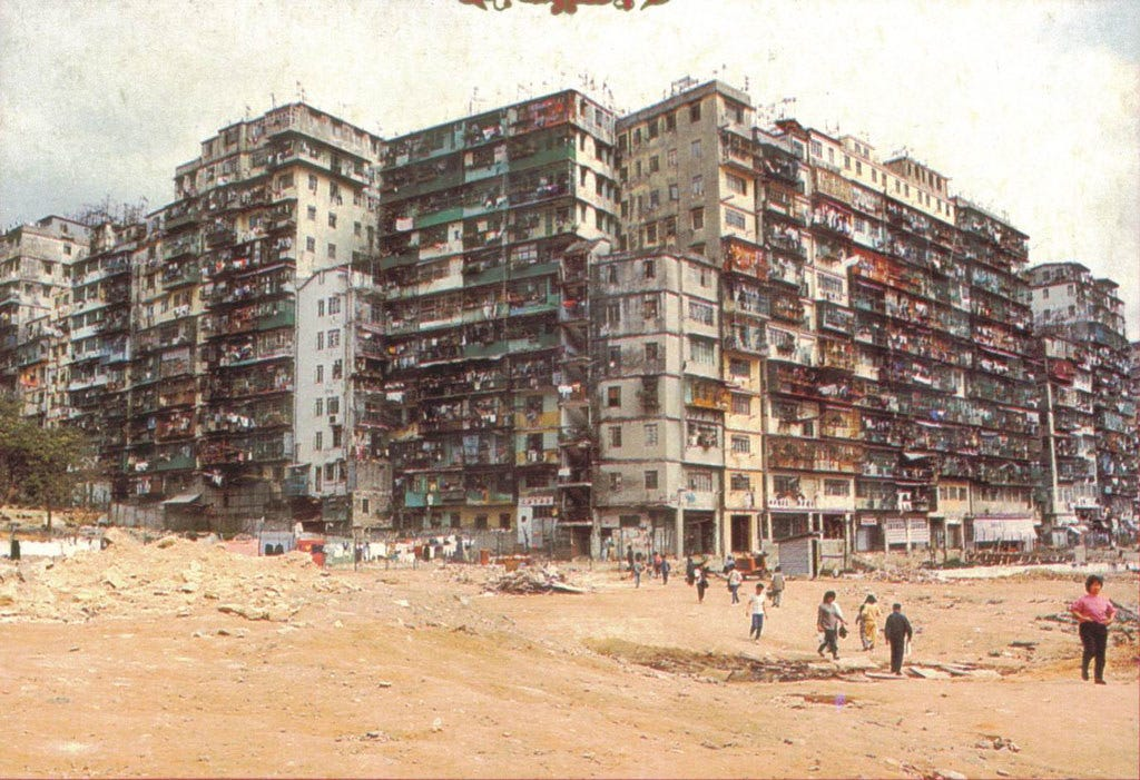 Kowloon Walled City 九龍城寨 - Photos - 80年代-城寨外望.jpg