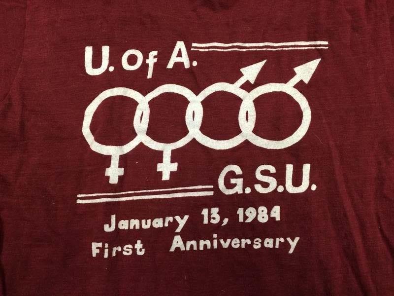 T-shirt del 1984 del University of Alabama Gay Student Union per celebrare il suo primo anniversario. Il GSU, ora Spectrum, è stato il primo gruppo studentesco LGBTQ nello stato dell'Alabama.
