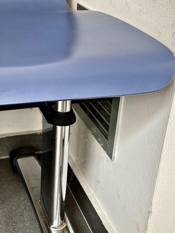 Así de limpios son en la notaría de mi pueblo. Telas de araña en una de las salidas de aire acondicionado. A saber qué sale con ese aire.  Foto: elojoqueves. IPhone 11 Pro x2