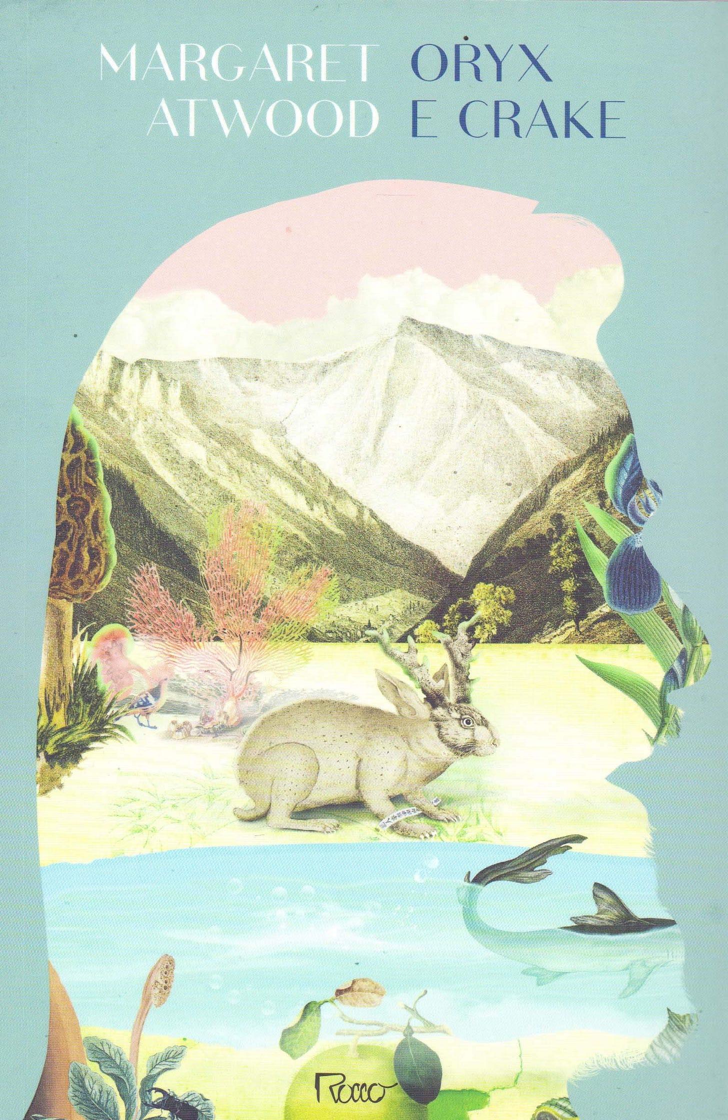 Capa do livro Oryx e Crake. Fundo azul claro, com a ilustração de uma paisagem natural, plantas e frutas, um peixe num lago e um coelho com chifres de alce, dentro do recorte da silhueta de um homem barbudo de perfil.