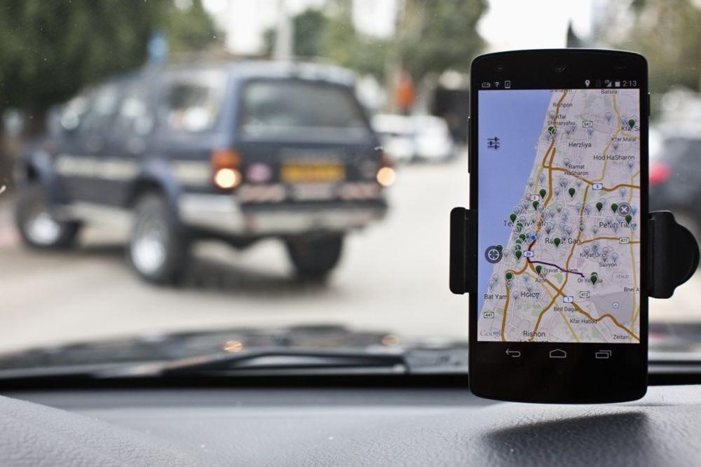 Imagem com um smartphone mostrando um mapa
