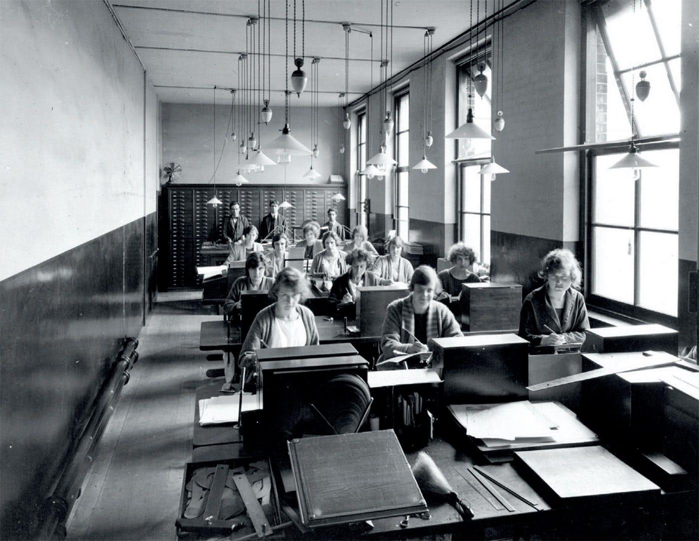 Oficina de dibujo de tipos (Monotype, 1920s); © Monotype.