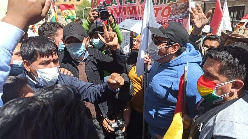 Grupos a favor y en contra de Añez chocan en las afueras del penal de Miraflores