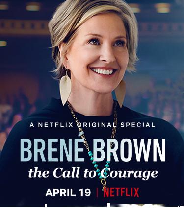 """imagem de divulgação da palestra da Brené Brown no Netflix, que tem ela sorrindo e olhando para o horizonte, o logo da netflixe  o título do especial """"Brené Brown - the call to courage"""""""