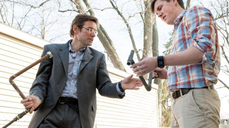 Marc Edwards and student William Rhoads in Flint, Michigan