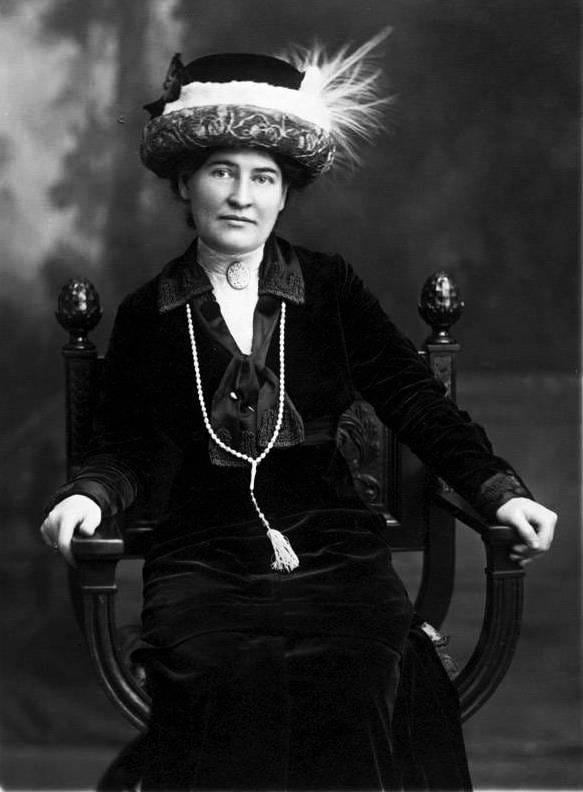 https://upload.wikimedia.org/wikipedia/commons/4/4a/Willa_Cather_ca._1912_wearing_necklace_from_Sarah_Orne_Jewett.jpg