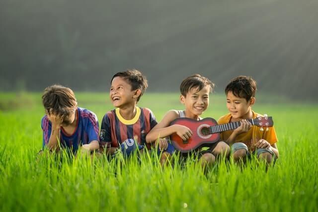 Kids with a ukulele