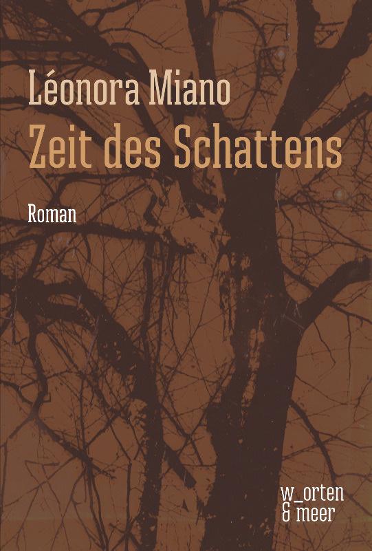 """Das Buchcover des Romans """"Zeit des Schattens"""" von Léonora Miano, es zeigt fie dunkle Silhouette eines Baumes vor einem braunen Hintergrund"""