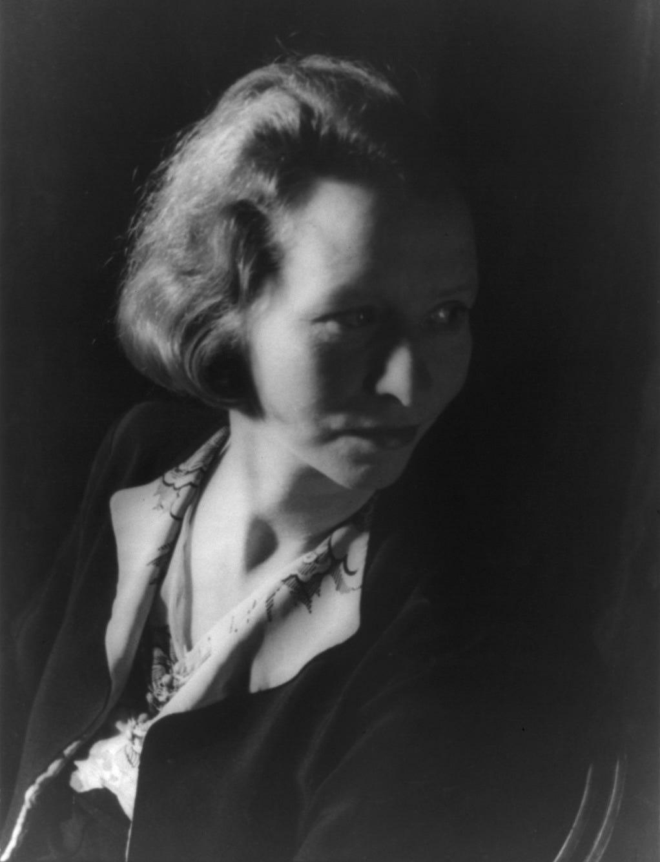 https://upload.wikimedia.org/wikipedia/commons/d/d0/Edna_St._Vincent_Millay_1933_van_Vechten.jpg