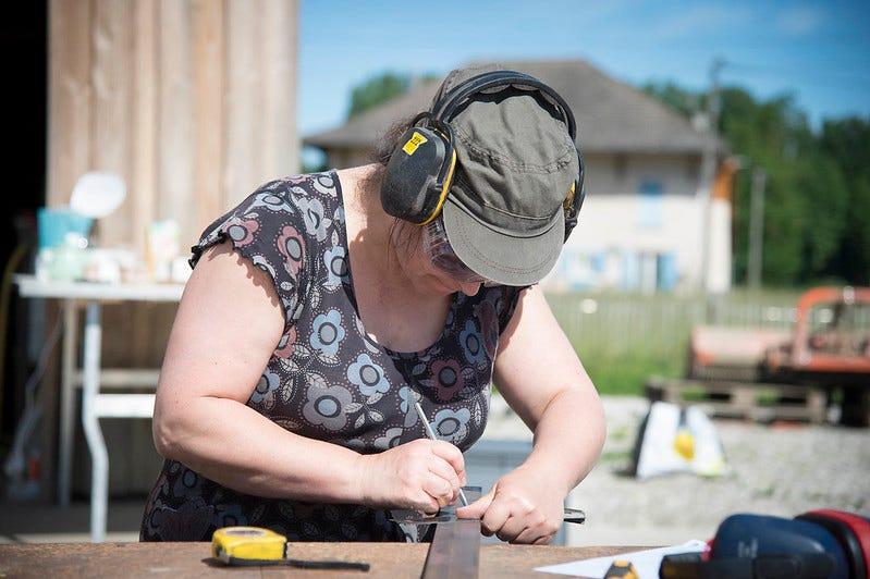 Femme au travail à l'Atelier paysan