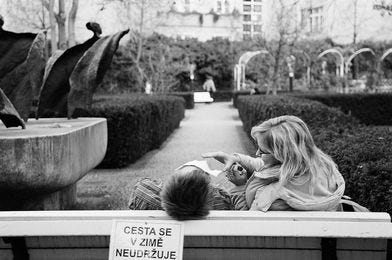 May be a black-and-white image of child, outdoors and text that says 'C0C CESTA SE V ZIME NEUDRŽUJE'