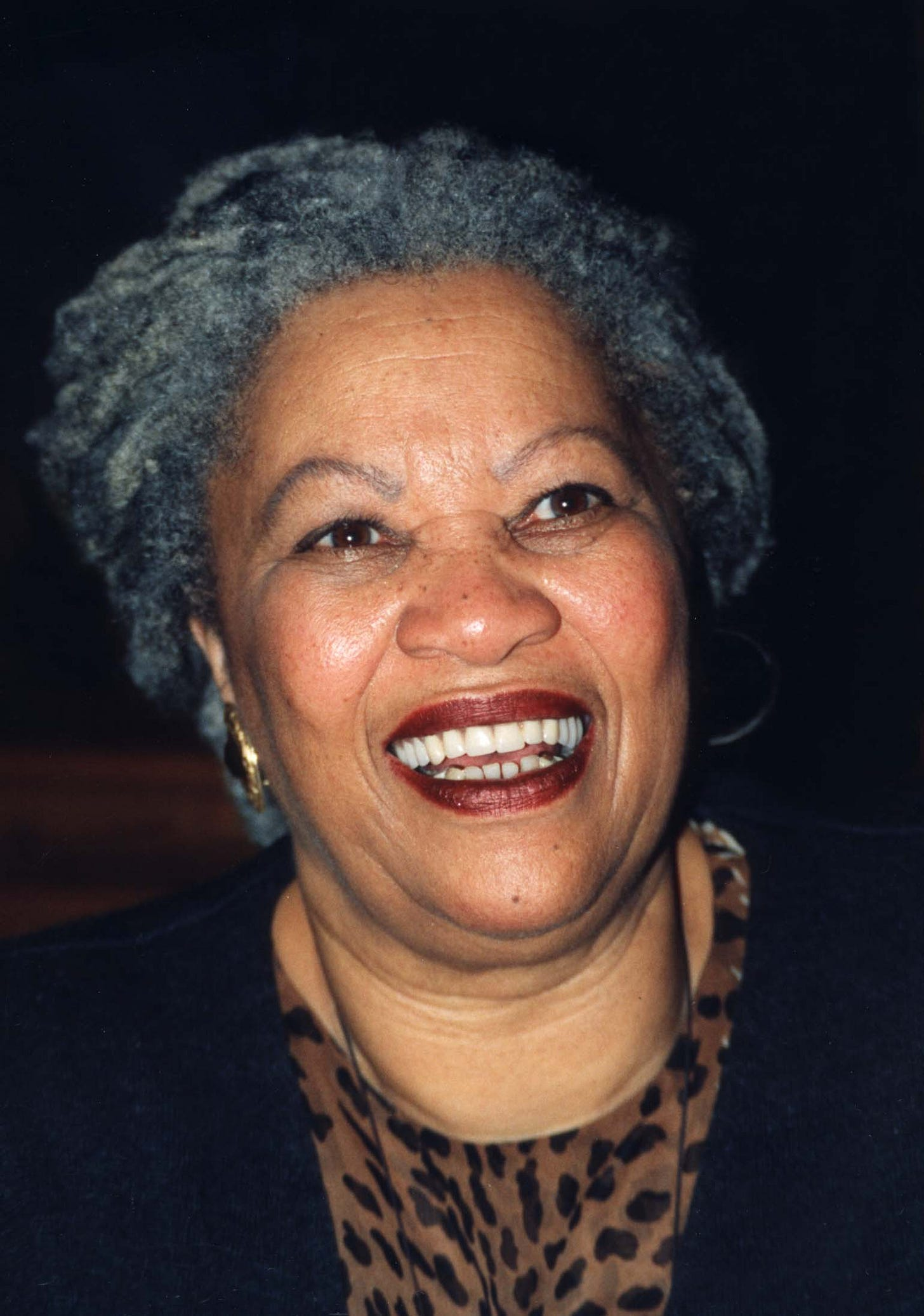 https://upload.wikimedia.org/wikipedia/commons/3/3a/Toni_Morrison.jpg