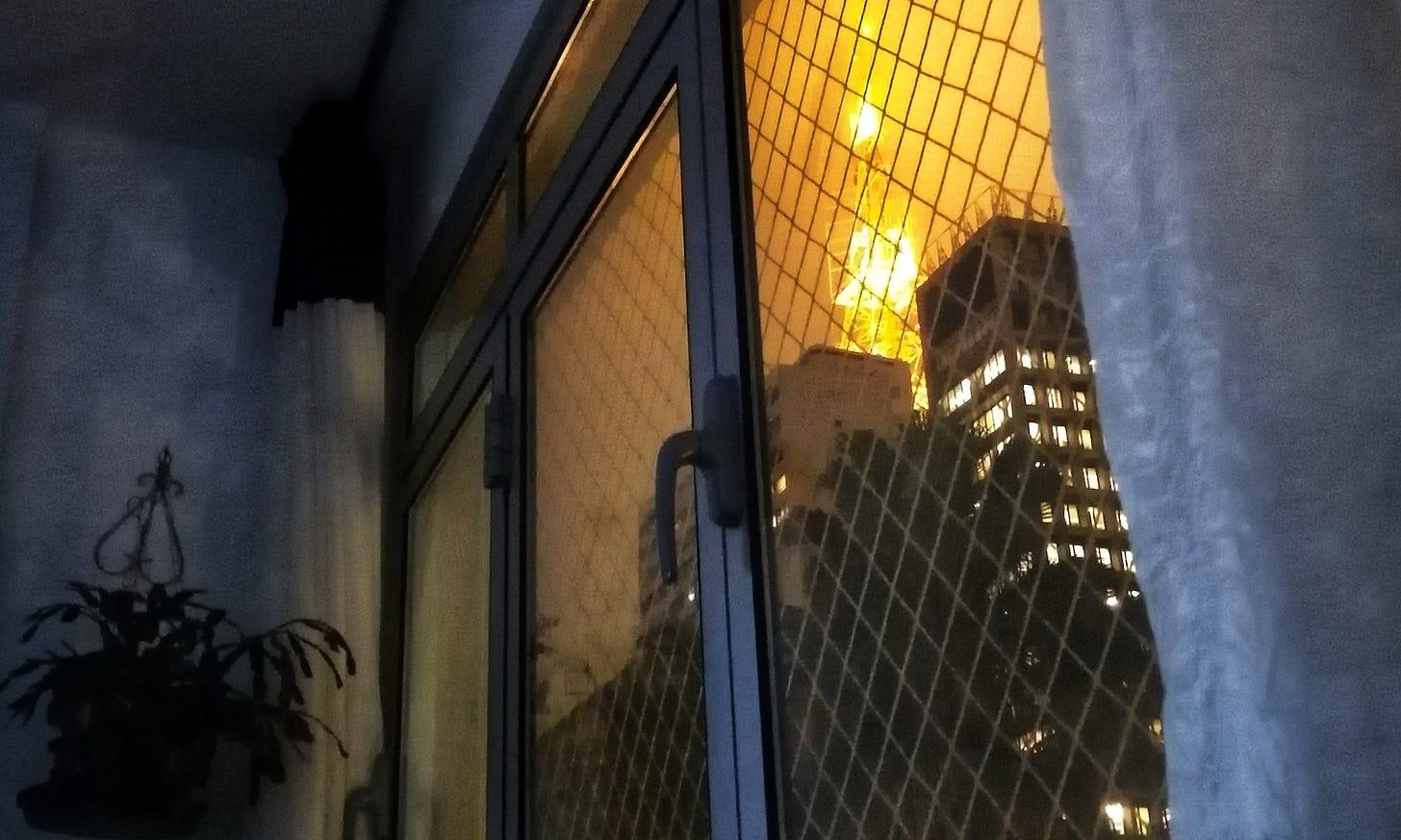 Vista de prédios com uma antena amarela.
