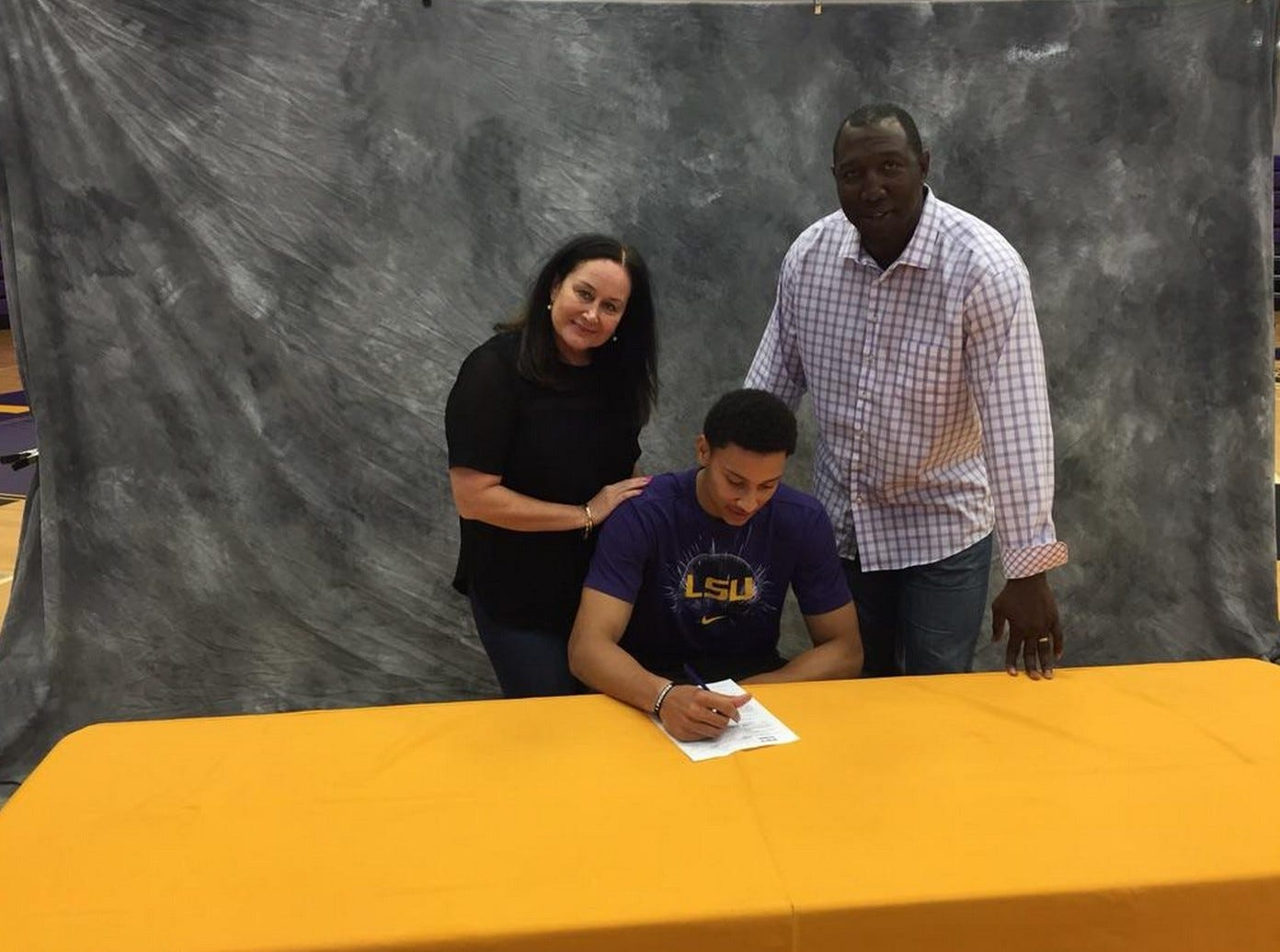 Ben Simmons signs his NLI to LSU