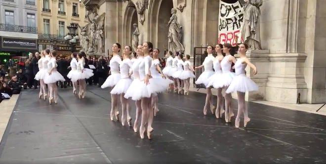 Ballerinas protest outside Opéra Garnier