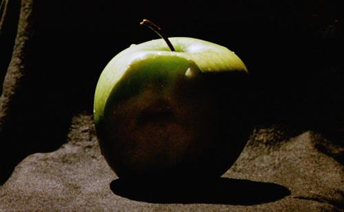 imagem da mesma maçã mordida no escuro