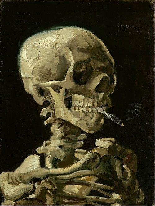 O retrato de uma caveira fumando um cigarro; cores sóbrias, fundo preto.