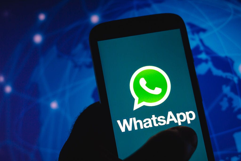 WhatsApp shown on a smartphone (Rafael Henrique / Getty Images)