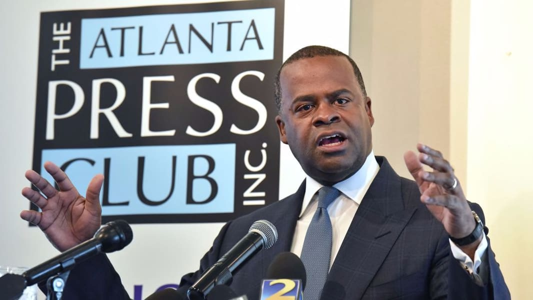 Kasim Reed starts with a 'hug' for press – then ends with a hammer