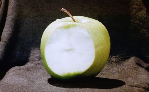 imagem de uma maçã verde mordida, a polpa branca
