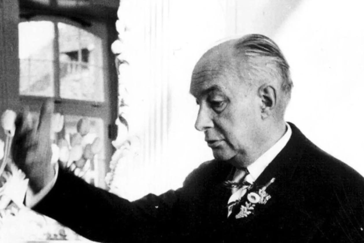 Alexander Rüstow standing and giving a speech.
