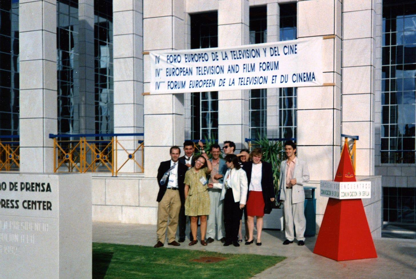 Afbeelding kan het volgende bevatten: een of meer mensen, staande mensen en buiten, de tekst 'M FORO EUROPEO DE LA TELEVISION DEL CINE N EUROPEAN TELEVISION AND FILM FORUM N FORUM EUROPEEN DE LA TELEVISION ET DU CINEMA 0 DE PRENSA RESS CENTER APREIDENCIR UCONALE 3003 MNEOON3IBU'