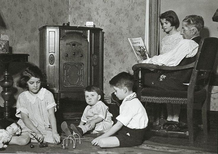 Oyentes de radio, 1930.   Old time radio, Radio, Old photos