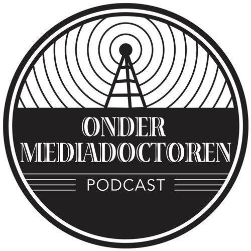 podcast logo van onder mediadoctoren. Je ziet een soort getekende antenne bovenaan, onderaan de titel ONDER MEDIADOCOTREN. Podcast