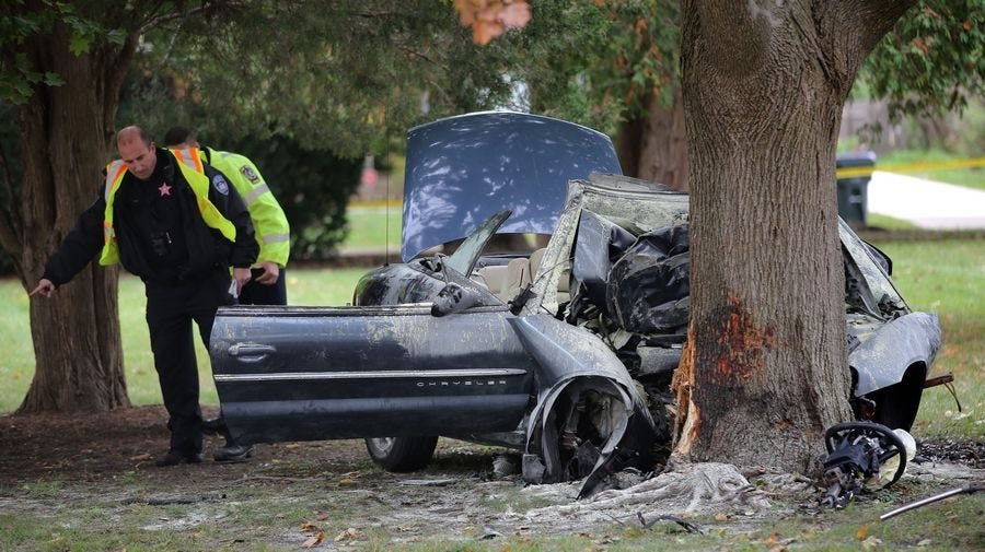Driver dies after car hits tree in Libertyville