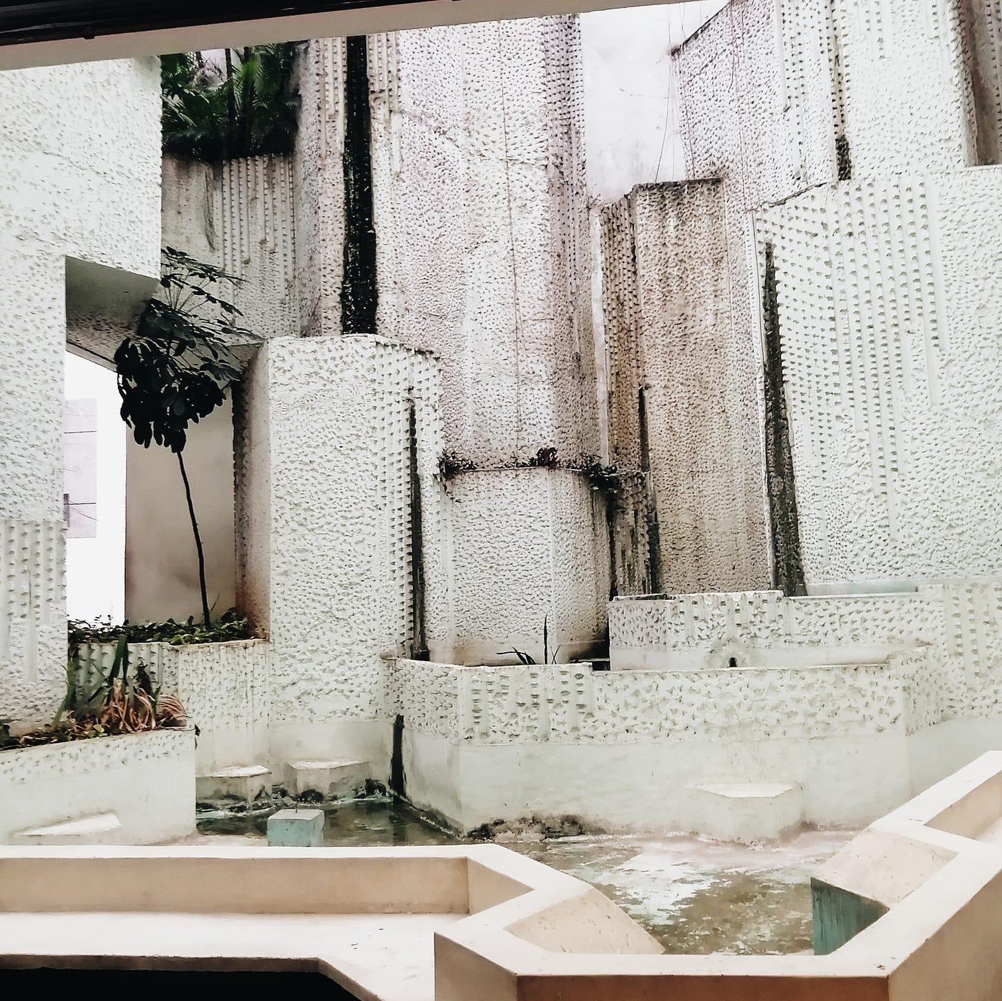 fonte abandonada num subsolo de galeria da Av Paulista. essa parte da cidade já teve mais moral.