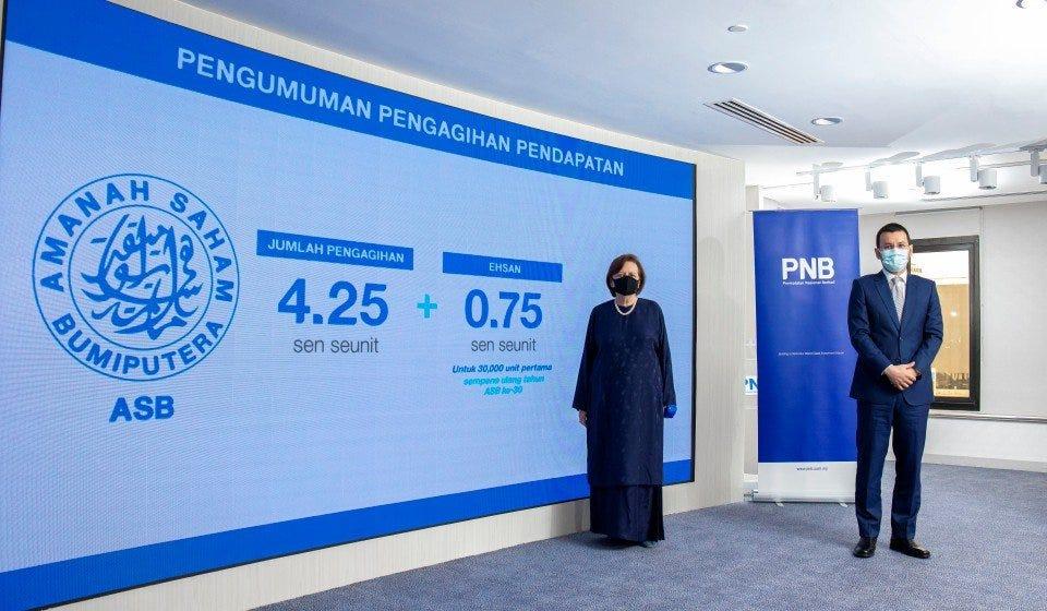 Pengerusi Kumpulan PNB, Tan Sri Dr Zeti Aziz (kiri) bersama Presiden dan Ketua Pegawai Eksekutif Kumpulan PNB, Ahmad Zulqarnain Onn ketika mengumumkan pengagihan pendapatan dana unit ASB di Menara PNB, Kuala Lumpur. - Foto ihsan PNB