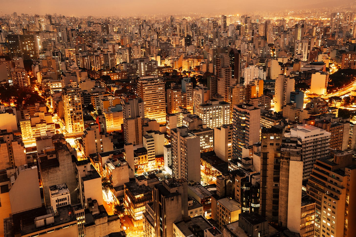 Imagem aérea noturna de São Paulo.