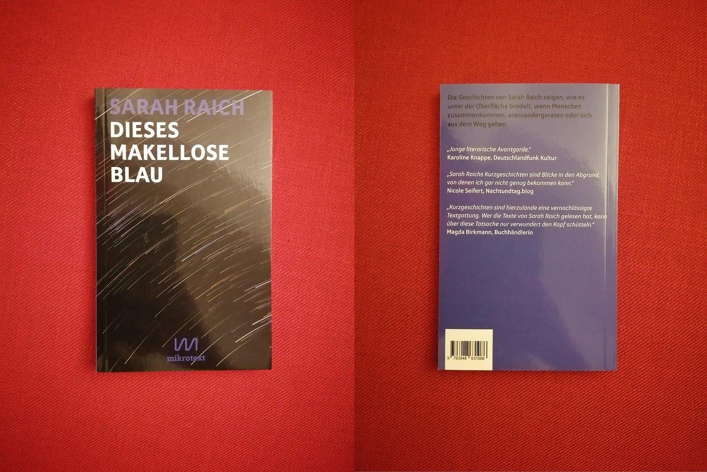 Vor rotem Hintergrund sieht man links das Cover und rechts die Rückseite von Sarahs Buch. Das Cover ist schwarz mit vielen weißen Schlieren, die wie Sternschnuppen aussehen, die Rückseite ist blau mit weißer Schrift.