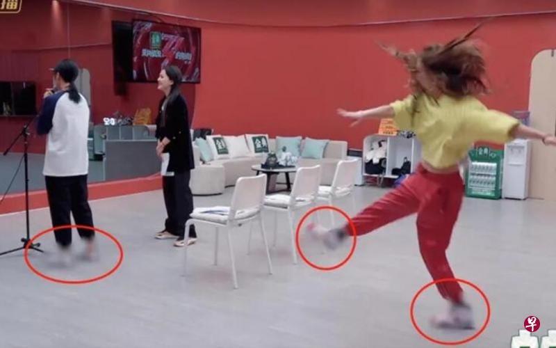 《乘风破浪的姐姐2》众姐姐都被打码,有另类喜剧效果。(视频截图)