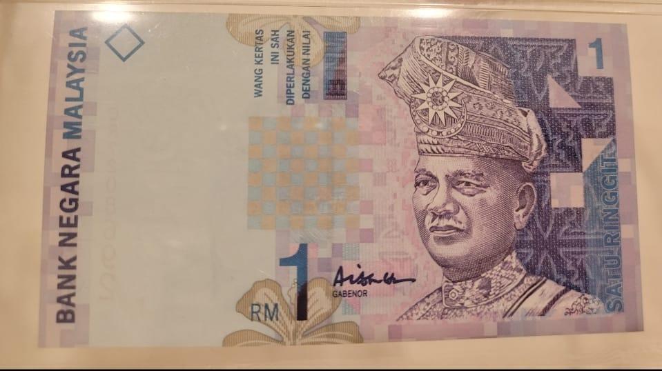 "May be an image of 1 person, money and text that says ""KERTAS SAH DIPERLAKUKAN DIPERLA ENGAN DENGAN NILAI WANG INI MS 1 MALAYSIA GA NEGARA BANK Aish GABENOR RO"""