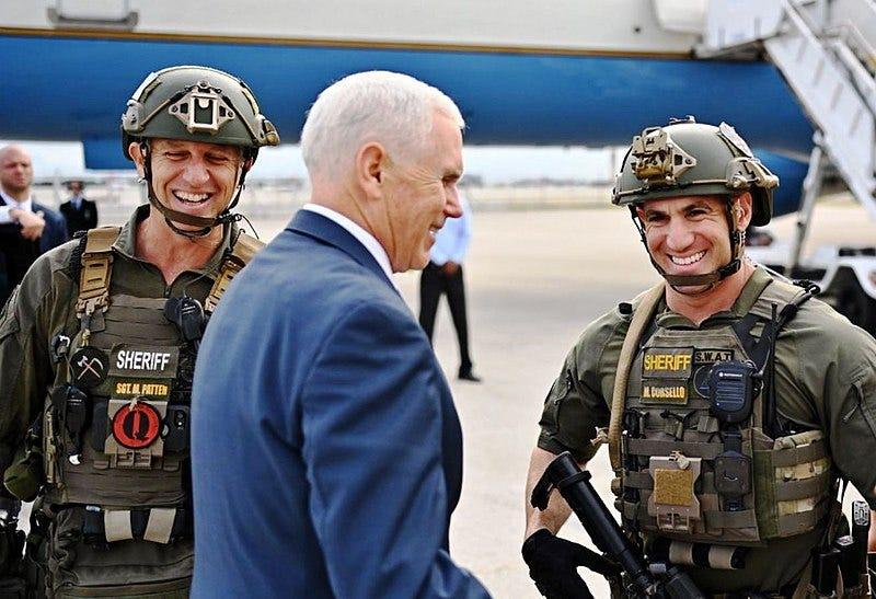 Archivo:Pence posing with QAnon police crop.jpg