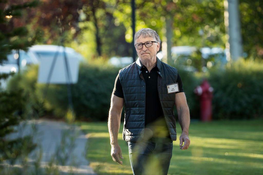 Photo mockup of Bill Gates head on the famously jacked Aspen-institute body of Jeff Bezos