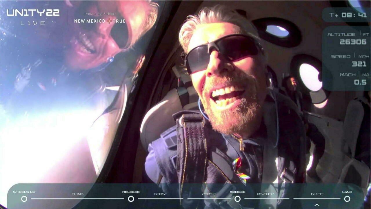 El multimillonario Richard Branson acaricia el espacio con su propia nave