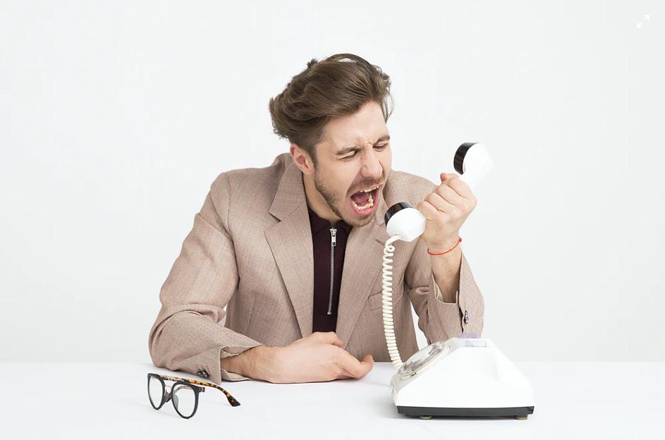 Uomo arrabbiato con call center