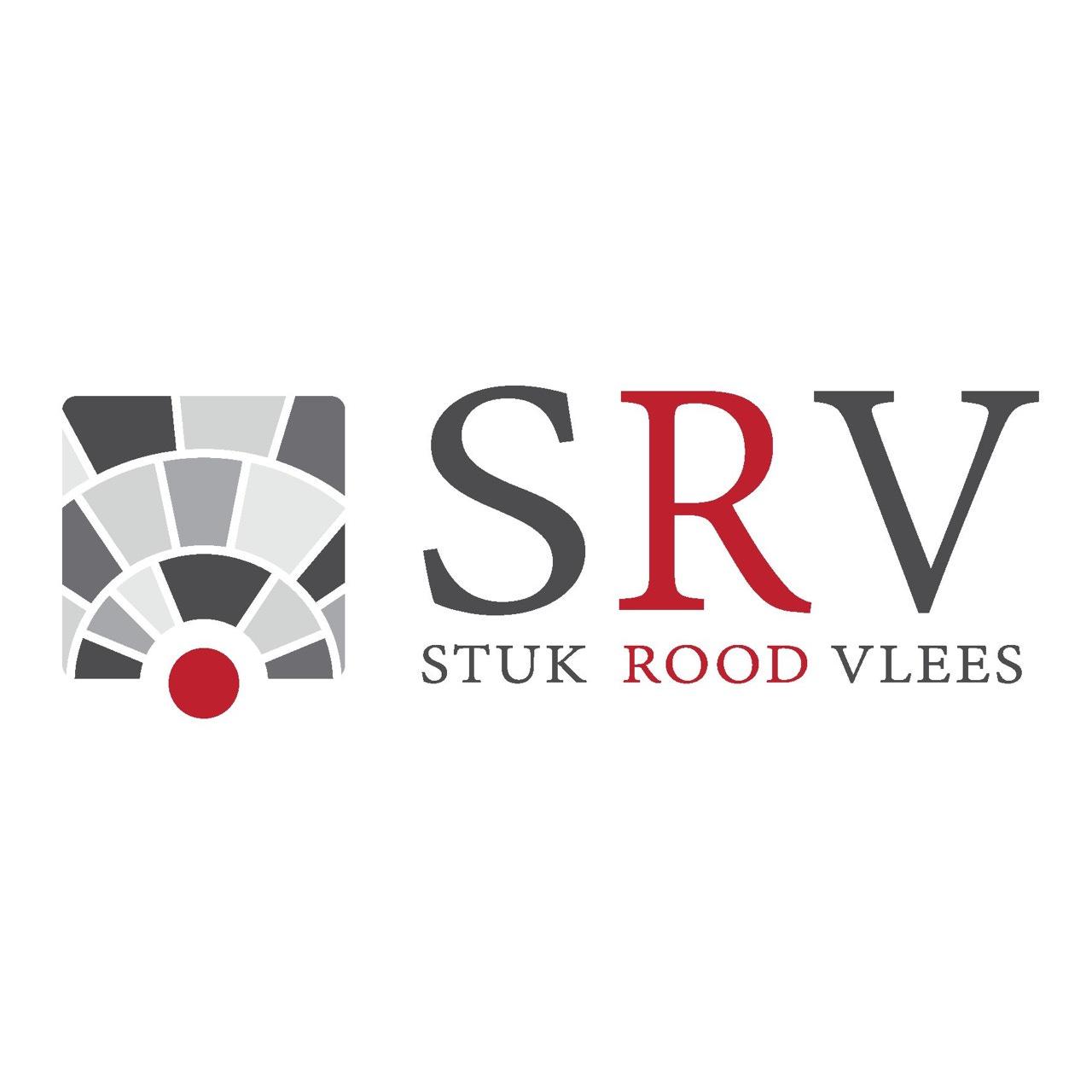 Podcast artwork van Stuk Rood Vlees. Tegen een witte achtergrond zie je de titel in het grijs, behalve het woord rood. Ook de letters SRV zijn groot. Rechts is een illustratie van de tweede kamer van bovenaf gezien