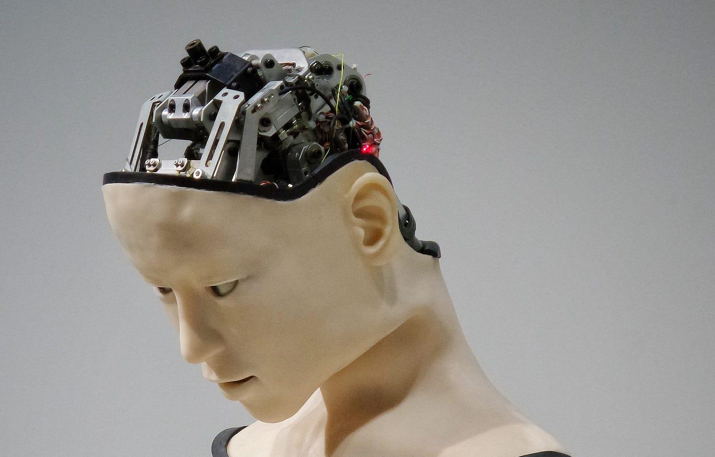 Imagem de um robô humanóide com suas engrenagens aparecendo