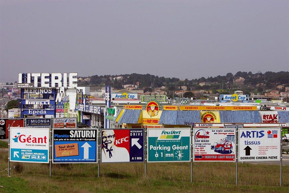 Photo de panneaux d'une zone commerciale