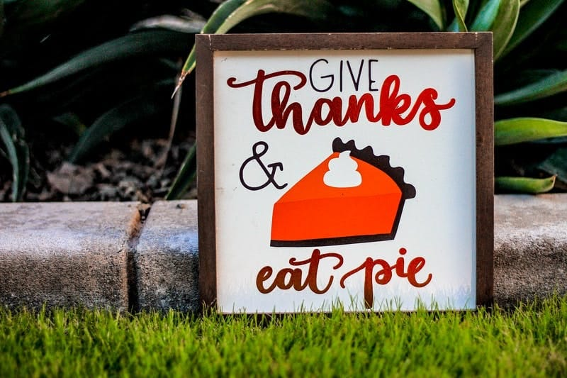 Sign saying Give Thanks and Eat Pie